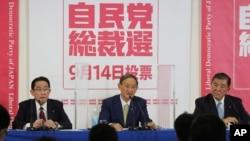일본 자민당 차기 총재 선거에 출마한 스가 요시히데 관방장관(중앙)과 기시다 후미오 자민당 정조회장(왼쪽), 이시바 시게루 전 자민당 간사장(오른쪽)이 도쿄 자민당 본부에서 기자회견을 가졌다.