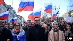 Le leader de l'opposition russe Alexei Navalny, sa femme Yulia, le politicien de l'opposition Lyubov Sobol et d'autres manifestants marchent en mémoire du critique du Kremlin Boris Nemtsov assassiné dans le centre de Moscou le 29 février 2020. (AFP)