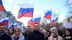 Politisi oposisi Rusia Aleksei Navalny bersama istrinya, Yulia, politisi oposisi Lyubov Sobol dan para demonstran lainya melakukan aksi unjuk rasa di jalanan kota Moskow, 29 Februari 2020.