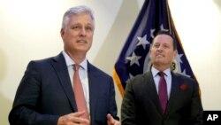 로버트 오브라이언 미국 백악관 국가안보보좌관(왼쪽)이 지난달 20일 독일 베를린에서 기자회견을 했다.