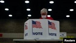 Un hombre ejerce su derecho al voto en un centro electoral en Louisville (Kentucky), el 23 de junio de 2020.