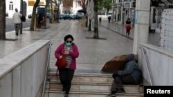Une femme portant un masque de protection contre le nouveau coronavirus entre dans le métro de la place Rossio au centre-ville de Lisbonne, au Portugal, le 19 mars 2020. REUTERS / Rafael Marchante