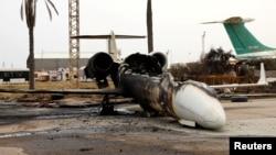 Un avion de ligne endommagé par des bombardements à l'aéroport Mitiga à Tripoli, en Libye, le 10 mai 2020.