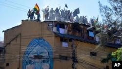 Aksi protes napi di atap penjara San Sebastian, Cochabamba, Bolivia, menuntut layanan medis yang lebih baik di tengah pandemi Covid-19, Senin, 27 Juli 2020. (AP Photo / Dico Solis)