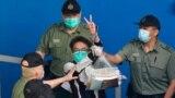 TƯ LIỆU: Nhà hoạt động dân chủ Figo Chan giơ tay làm dấu hiệu chiến thắng trong khi đang bị đưa vào xe chở phạm nhân đi đến tòa án ở Hong Kong, ngày 28 tháng 5, 2021.