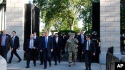 Başkan Donald Trump, Lafayette Park'ın içinden geçip St. Johns Kilisesi'ne yürüyerek ulaşmadan önce Beyaz Saray'ın giriş kapılarından birinin önünden çıkarken böyle görüntülendi.