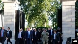 Le président Donald Trump quitte les portes de la Maison Blanche pour se rendre à l'église St. John's, de l'autre côté du parc Lafayette, le lundi 1er juin 2020, à Washington. (Photo AP)