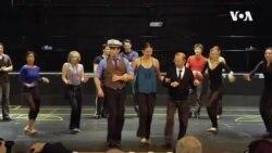 VOA英语视频: 新冠病毒冲击剧院 但戏还得演下去