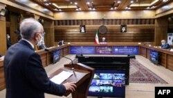 Una imagen proporcionada por la oficina presidencial iraní el 10 de abril de 2021 muestra al jefe de la Organización de Energía Atómica de Irán (AEIO), Ali Akbar Salehi, hablando en el Día Nacional de la Tecnología Nuclear de Irán, en la capital, Teherán