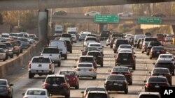 Tráfico congestionado se mueve por el Hollywood Freeway de Los Angeles, en el 2018