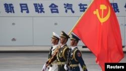 解放軍士兵手持中共黨旗(2019年10月1日)