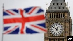 资料照片:在伦敦市中心,英国国会大厦的伊丽莎白塔前飘扬着英国国旗。(2017年3月29日)