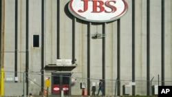 Radnica ulazi u tvornicu JBS.