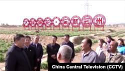 시진핑 중국 국가주석이 11일 서북부 산시성을 방문하고 농민들을 만나 격려했다. 중국 관영 CCTV 보도 화면 캡쳐.