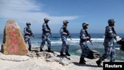 资料照片:中国军人在帕拉塞尔群岛的伍迪岛(中国称西沙群岛永兴岛)上巡逻。(2016年1月29日)