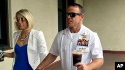 资料照片:美国海军海豹队员加拉格尔与妻子携手抵达加州圣迭戈海军基地的军事法庭。(2019年6月26日)