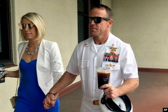 Archivo - El Navy SEAL Edward (Eddie) Gallagher, (derecha) camina junto a su esposa, Andrea Gallagher, a su llegada a una corte militar en San Diego, California, el 26 de junio de 2019.