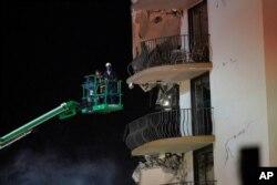 Los socorristas exploraban los balcones del ala del edificio Champlain Towers South en Surfside, que quedó en pie tras desplomarse el resto de la instalación el 24 de junio de 2021.