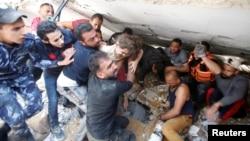 Spasioci izvlače Suzi Eškuntanu, šest godina staru, iz ruševina zgrade građane u izraelskom vazdušnom napadu, u gradu Gaza, 16. maja 2021.