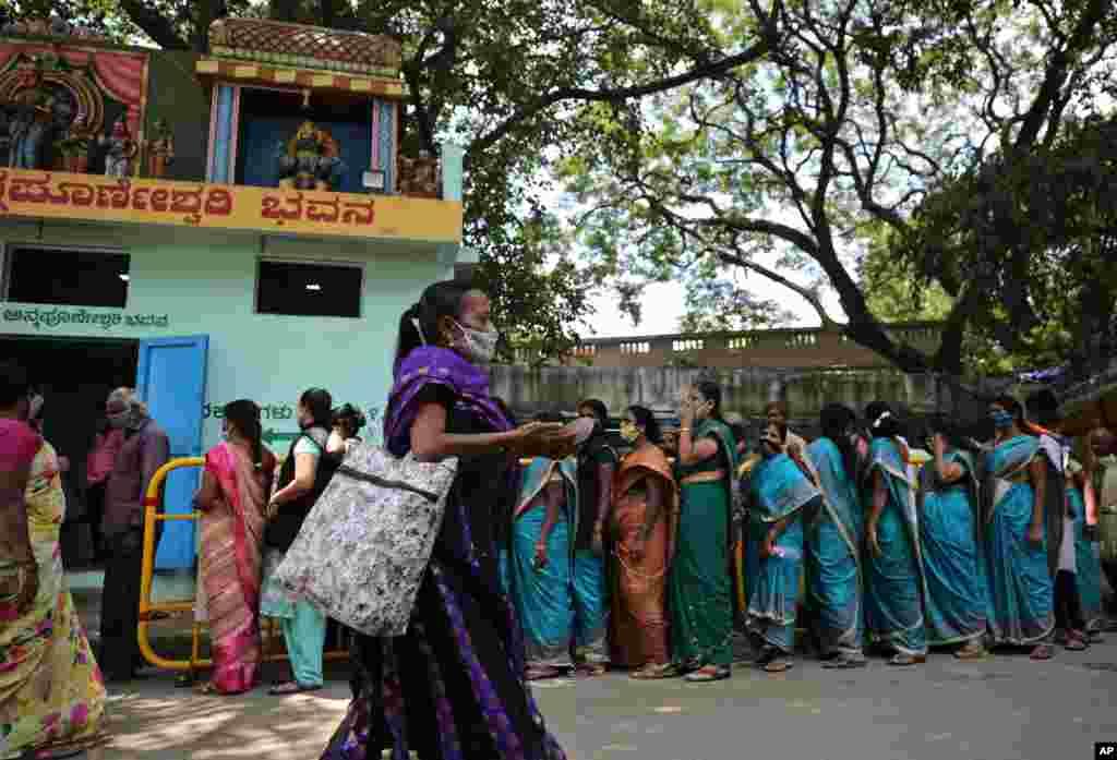 صف دریافت مواد غذایی رایگان در مقابل یک معبد هندو در بنگالورو، هند