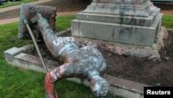 Un monumento en la ciudad de Richmond, Virginia, que conmemoraba a una unidad de artillería del gobierno confederado fue derribado por manifestantes el 17 de junio de 2020.