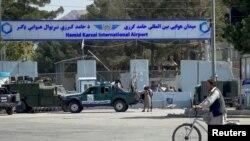 Fuerzas del Talibán custodian la entrada del Aeropuerto Internacional de Kabul el 27 de agosto de 2021.