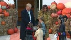 Діти у геловінських костюмах завітали до Білого дому – за солодощами. Відео