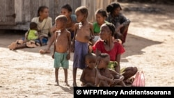 Les personnes âgées et les enfants souffrent le plus de l'insécurité alimentaire à Ambovombe, Madagascar, le 12 juin 2021.