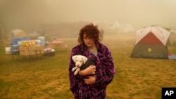 Šajen Samers pobedla je sa psom iz svoje kuće u Oregonu i već nekoliko dana provodi u šatoru