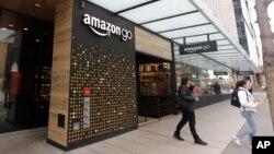 Para pelanggan keluar dari toko Amazon Go di Seattle di mana pembeli bisa melakukan pembayaran melalui piranti pemindai telapak tangan, 4 Maret 2020.