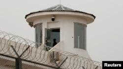 中國新疆喀什一名衛兵在拘留營的瞭望塔上站崗。(2021年5月3日)