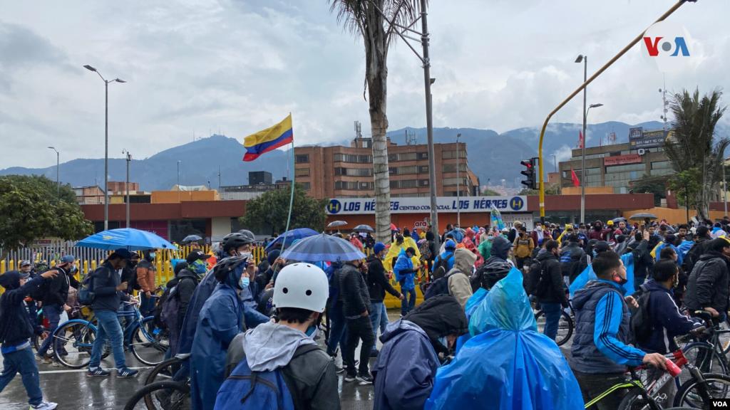Según personas entrevistadas por la Voz de América, los ciudadanos salen a marchar en contra de iniciativas del Gobierno colombiano que, como han manifestado, solo han causado pobreza y falta de oportunidades.
