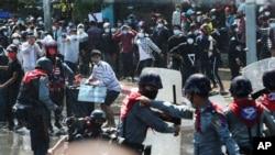 미얀마 경찰이 9일 만달라에서 열린 군부 쿠데타 반대 시위를 해산시키고 있다.