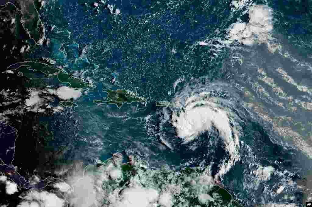Milli Okean və Atmosfer Administrasiyası tərəfindənyayılan tropik fırtına peyk görüntüsü