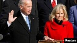 ARHIVA - Tadašnji potpredsednik Džo Bajden polaže zakletvu za taj položaj u prisustvu svoje supruge Džil, tokom inauguracije predsednika Baraka Obame u Vašingtonu, 20. januara 2009. (Foto: Reuters)
