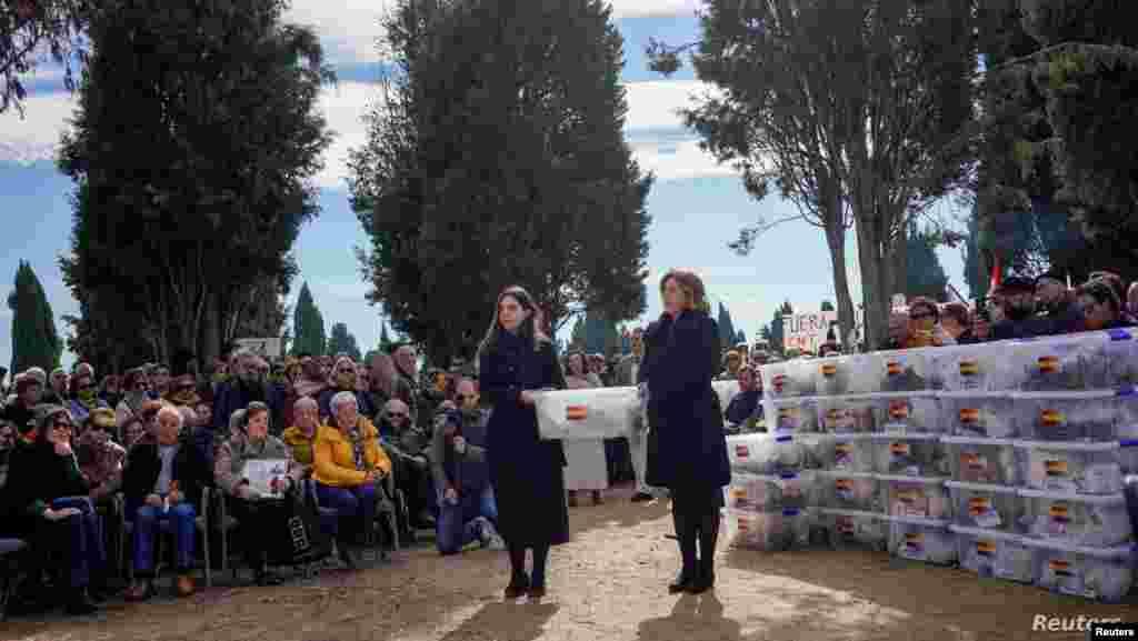스페인 북부 바야돌리드 엘까르맨즈 묘지에서 '바야돌리드 역사적 기억 복구 연합' 회원들이 지난 1936년 발발한 스패인 내전에서 프란시스코 프랑코를 중심으로 한 우파 반란군에 희생된 시신들을 안장하고 있다.