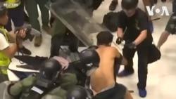 Cảnh sát-người biểu tình hỗn chiến trong khu mua sắm ở Hong Kong