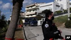 Policijski kamion prevozi automobil grčkog izvještača o kriminalu, u južnoj Atini, 9. travnja 2021. Giorgosa Karaivaza, koji je ubijen u petak u blizini svoje kuće