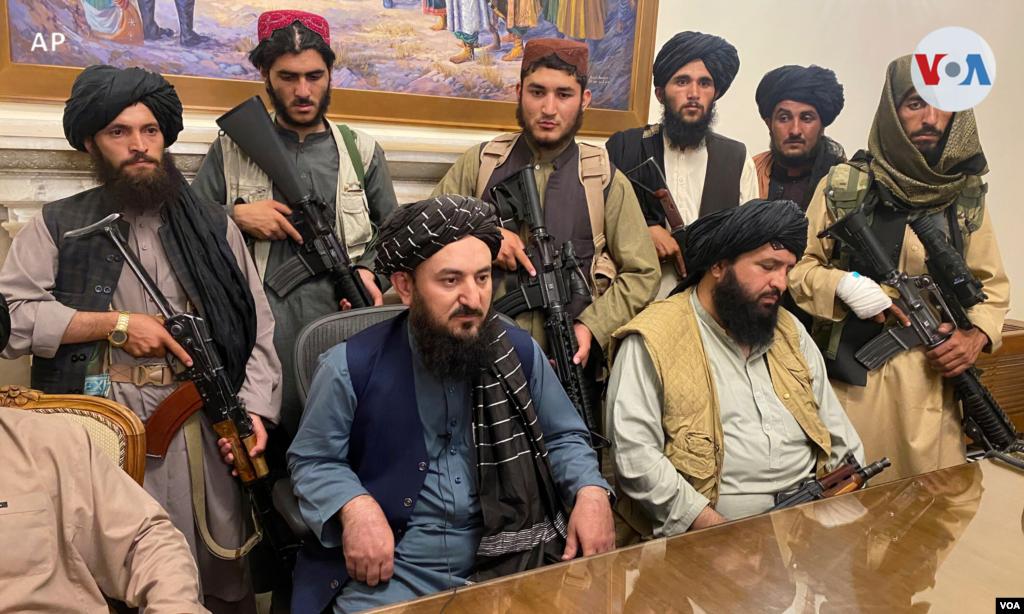 Los combatientes talibanes toman el control del palacio presidencial afgano después de que el presidente Ashraf Ghani huyera del país. [15 de agosto de 2021].