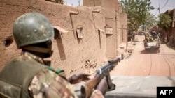 Des troupes de l'armée malienne patrouillent dans l'ancienne ville de Djenné, dans le centre du Mali, le 28 février 2020. (AP Photo)