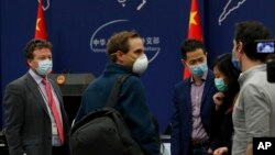 美國紐約時報駐北京記者史蒂文·李·邁爾斯(左)在參加中國外交部例行記者會後與其他外國記者聊天。 (2020年3月18日)