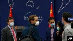 """Koresponden """"The New York Times"""" di Beijing, China, Steven Lee Myers (kiri) tengah berbincang dengan wartawan asing lainnya usai konferensi pers di kantor Kemenlu CHina, Beijing. (Foto: dok)."""