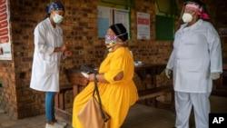 Xét nghiệm COVID-19 tại bệnh viên Ndlovu ở Groblersdal, Nam Phi.