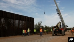 2019年8月23日新墨西哥州圣特雷莎以西约20英里的新边界墙破土动工。