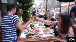 뉴욕 시민들이 식당에서 자유롭게 식사를 즐기고 있다.