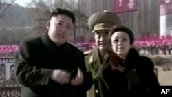Pemimpin Korea Selatan, Kim Jong-un bersama bibinya, Kim Kyong-hui di Pyongyang, Korea utara, 16 Februari 2013. (Foto: dok).