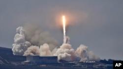ການຍິງຈະຫຼວດ Falcon 9 ຂອງ SpaceX ທີ່ບັນທຸກ ດາວທຽມ Formosat-5 ຂຶ້ນຈາກຖານຍິງ Vandenberg ຂອງກອງທັບອາກາດ ໃນລັດຄາລີຟໍເນຍ ວັນທີ 24 ສິງຫາ 2017.