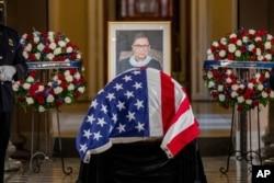 Linh cữu Thẩm phán Ruth Bader Ginsburg quàn tại Statuary Hall, điện Capitol ở Washington ngày 25/9/2020.
