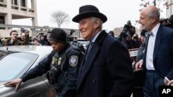 Roger Stone, tengah, meninggalkan pengadilan federal di Washington, Kamis, 20 Februari 2020. Loyalis dan sekutu Presiden Donald Trump, Roger Stone dijatuhi hukuman lebih dari tiga tahun di penjara federal. (Foto: AP)