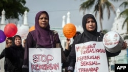 FILE - Indonesian mothers protest child sexual abuse in Banda Aceh in Aceh province, on western Sumatra island, April 24, 2014, following incidents of child sexual abuse in Banda Aceh and in Jakarta.